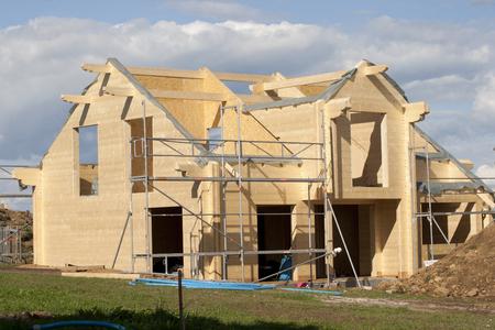 materiales de construccion: Casa de madera en construcci�n Editorial