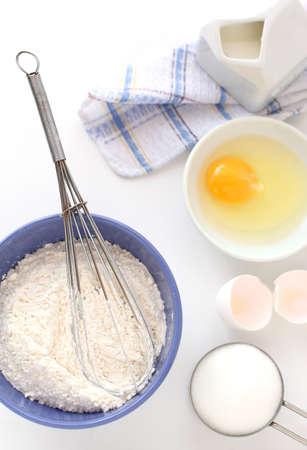 harina: Ingredientes para la masa sobre el fondo blanco