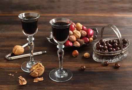 Zwei Gläser Kaffee Likör, Schokolade und Nüssen Standard-Bild - 16604631