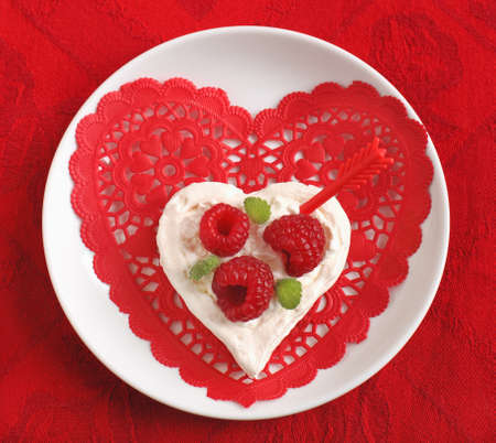 Heart Shaped Pavlova con frambuesas - postre de San Valent�n s photo