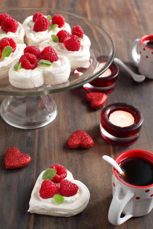 Heart Shaped Pavlova con frambuesas - para el d�a de San Valent�n s photo