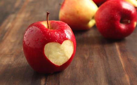 Roter Apfel mit einem herzförmigen Ausschnitt Standard-Bild - 17311575