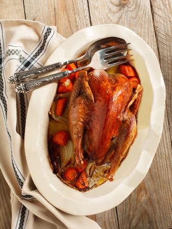Faisan cuit au vin rouge avec la carotte et l'oignon Banque d'images