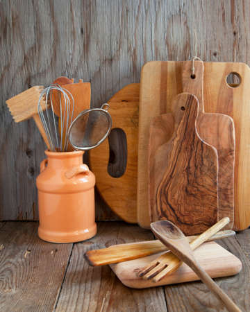Küche Kochutensilien hölzernen Spatel, Löffel, Schneidebrett etc auf Holztisch Standard-Bild - 20191172