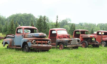 oxidado: Muy viejos camiones oxidados Foto de archivo