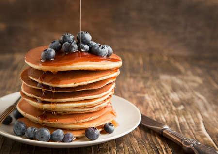 Stapel pannenkoeken met verse bosbessen en ahornsiroop Stockfoto