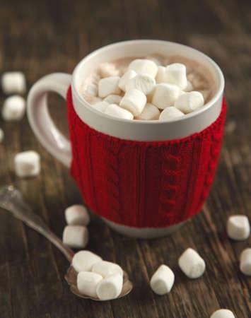 chocolate caliente: Taza llena de chocolate caliente y malvaviscos