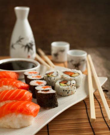 japanese sake: Sushi fresco y bollos en la placa