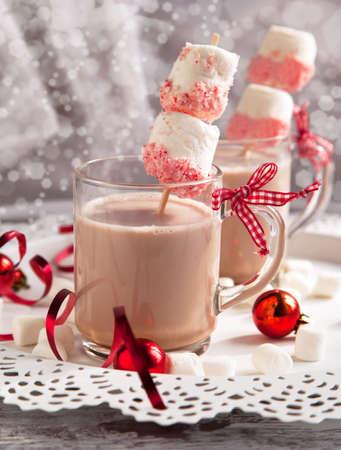 chocolat chaud: Chocolat chaud avec des bonbons � la menthe guimauves enrob�es