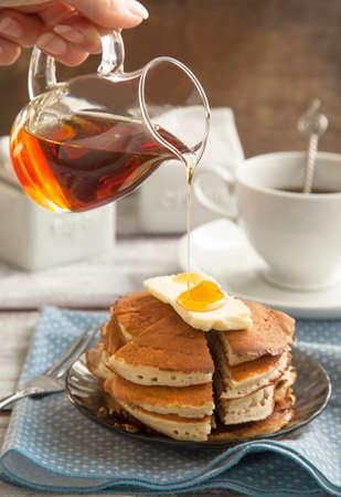 Stapel Pfannkuchen mit Butter und Ahornsirup Standard-Bild - 24011797