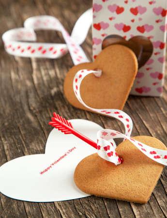 Karte mit der Nachricht Happy Valentine Day und Herz-geformte Plätzchen Standard-Bild - 24362805