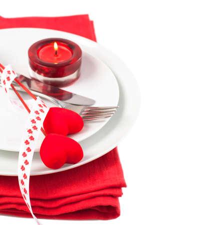 feestelijk: Feestelijke tabel instelling voor Valentijnsdag s met vork, mes en harten, geïsoleerd op een witte achtergrond