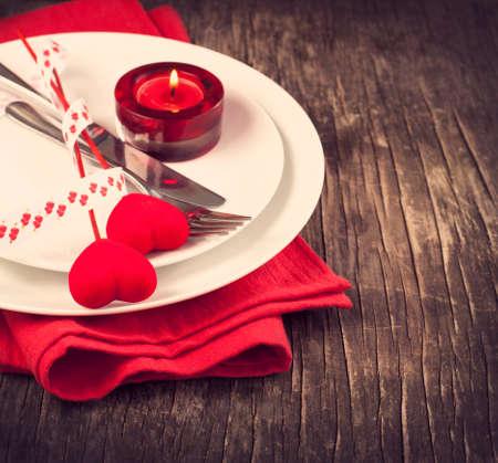 フォーク、ナイフ、心とバレンタインの s 日のお祝いテーブルの設定 写真素材