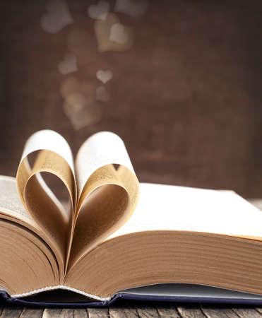 심장 모양에 곡선 책의 페이지
