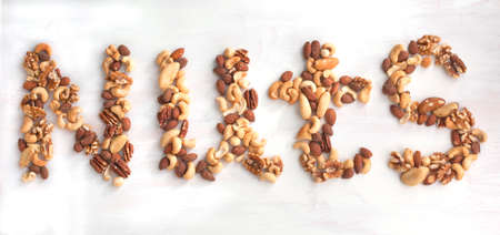 Nuts Wort von verschiedenen Nüssen Gemischte Nüsse - Haselnüsse, Walnüsse, Mandeln, Cashew-Nüsse, Paranüsse und Pekannüsse Standard-Bild - 25919585