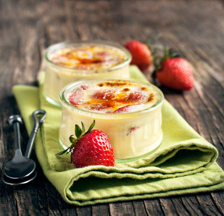 Strawberry Creme Brulee Standard-Bild