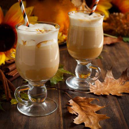 Spice pompoen latte met slagroom en caramel Stockfoto