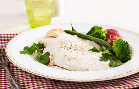 Gebackene Fischfilet, serviert mit Brokkoli, grüne Bohnen und Kartoffeln Standard-Bild - 32703055
