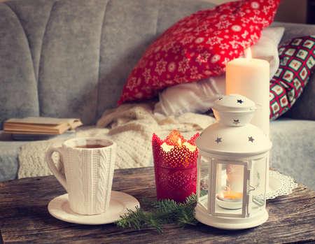 candela: Dettagli Ancora vita interiore, tazza di t�, candele vicino al divano con cuscini. Tonica immagine Archivio Fotografico
