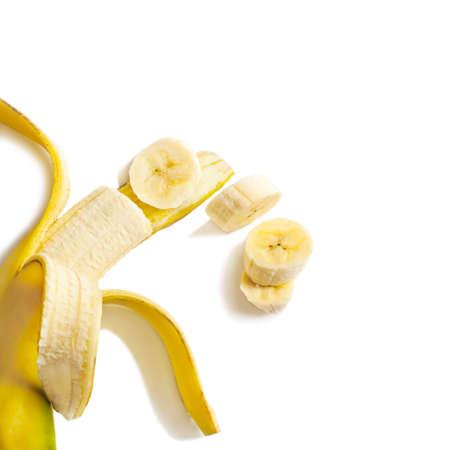 白い背景の上の新鮮な熟したバナナ