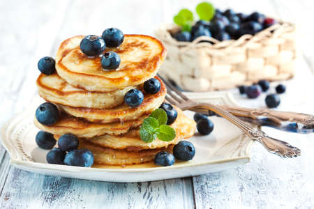 Stack of pancakes with fresh blueberry and honey Standard-Bild