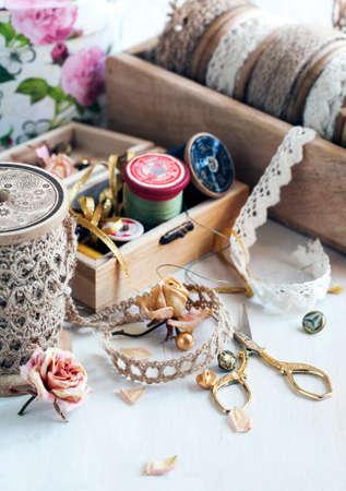 encajes: Herramientas para el hilo de costura para las tijeras de coser botones y cordones de �poca