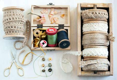Hulpmiddelen voor handwerk draad voor het naaien schaar knoppen en vintage veters. bovenaanzicht