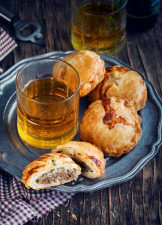 carne picada: Pasteles de hojaldre con carne picada. Imagen entonada