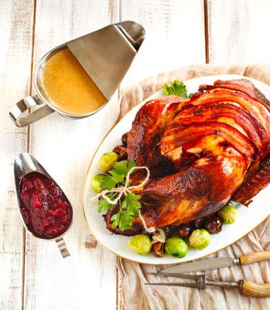 pavo: Pavo asado con tocino y con guarnición de castañas y las coles de Bruselas. Preparado para la acción de gracias o Navidad cena.