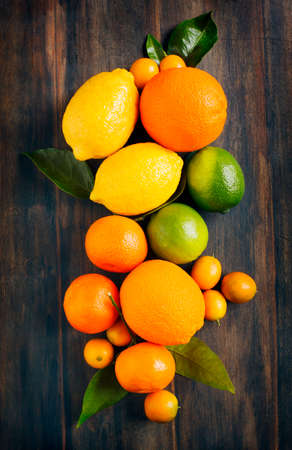 orange fruit: Fresh citrus fruits with leaves