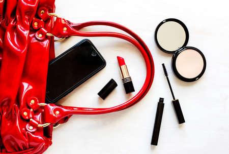 conjunto de accesorios de moda en fondo de madera de la mujer: zapatos, bolsos, teléfono celular y cosméticos Foto de archivo
