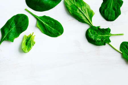 Frische Spinat auf weißem Holz Hintergrund Standard-Bild - 56624941