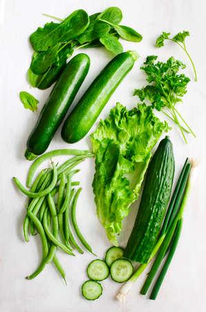 Frische grüne Gemüse auf Holzuntergrund Standard-Bild