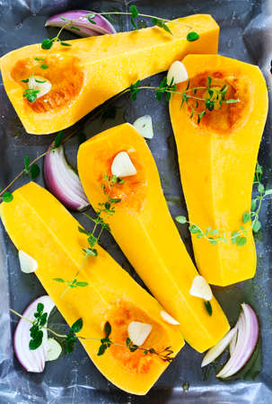 Pumpkin slices for baking with oregano, onion, garlic and olive oil. Banque d'images