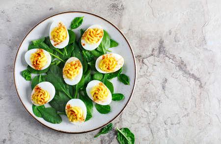Huevos rellenos con pimentón como aperitivo, vista superior, espacio de copia