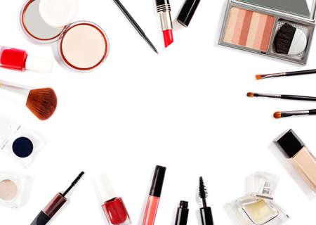 Cosmétiques décoratifs et pinceaux de maquillage sur fond rose. Vue de dessus, espace de copie
