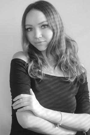 Zwart-wit portret van een mooi meisje met een schaduw van de zonneblinden Stockfoto - 96836044