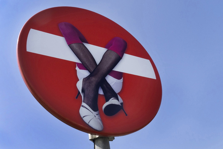 それを女性と青空に赤い stopsign