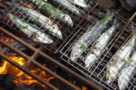 sardinas: sardinas Fersh en una barbacoa con fuego