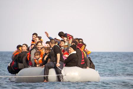 LESVOS, GRIEKENLAND 2 februari 2016: Vluchtelingen die aankomen in Griekenland in rubberboot boot van Turkije. Deze Syriër, Afghanistan en Afrikaanse vluchtelingen landen hun boot in de buurt van Mytilene Lesbos. Redactioneel