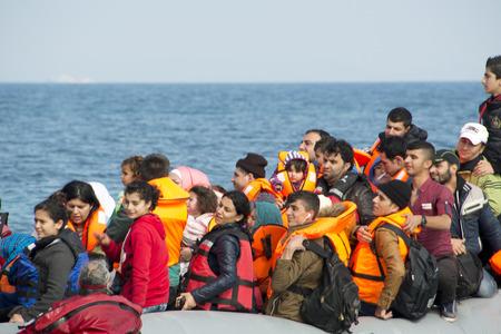 LESVOS, GRÈCE Février 02, 2016: Les réfugiés arrivant en Grèce en bateau dériveur de la Turquie. Ces réfugiés syriens, en Afghanistan et africains débarquent leur bateau près de Mytilène Lesbos.