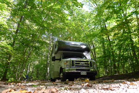 roadtrip met camper in Indian summer Quebec Canada Stockfoto