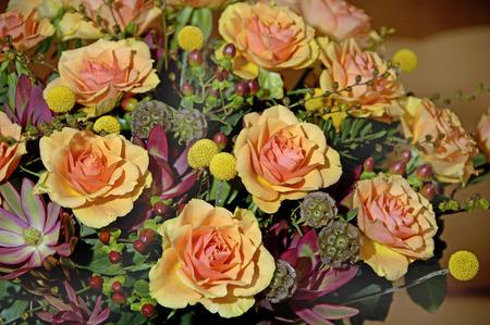 rosas naranjas: Bouquet with orange roses in vase
