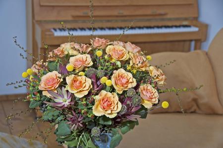 rosas naranjas: Ramo de rosas de color naranja en el florero