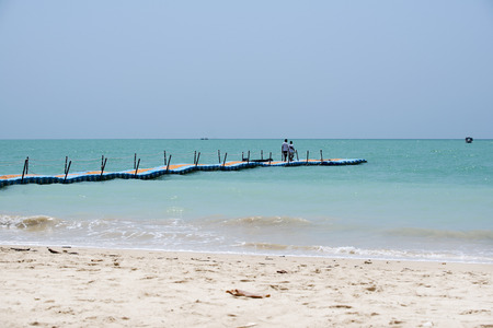 Bunte Kunststoff-Dock mit Meer Hintergrund in Khaolak Thailand Standard-Bild - 64718965