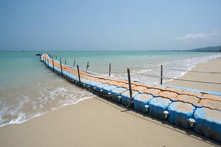 Bunte Kunststoff-Dock mit Meer Hintergrund in Khaolak Thailand Standard-Bild - 64635498