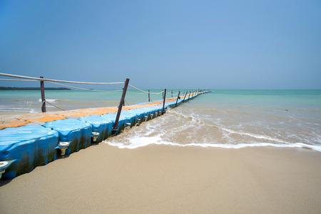 Bunte Kunststoff-Dock mit Meer Hintergrund in Khaolak Thailand Standard-Bild - 64635534