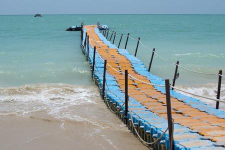 Bunte Kunststoff-Dock mit Meer Hintergrund in Khaolak Thailand Standard-Bild - 64719149