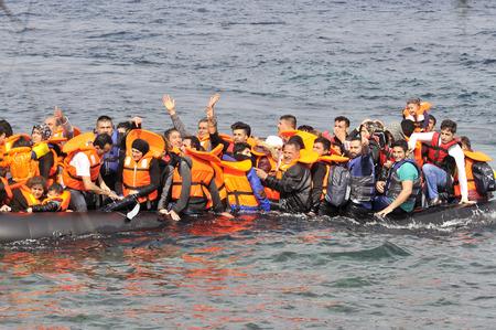 LESVOS, GRECE 20 octobre 2015: Des réfugiés arrivent en Grèce dans un bateau sale en provenance de Turquie. Ces réfugiés syriens, afghans et africains débarquent de leur bateau sur la côte nord de Lesbos, près de Molyvos, Eftalou et Skala Sikaminia.