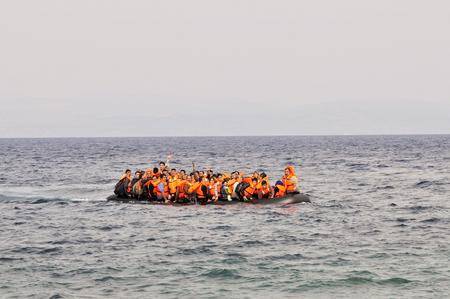 LESVOS, GRIEKENLAND 20 oktober 2015: Vluchtelingen die in Griekenland aankomen in een bootje uit Turkije. Deze Syrische, Afghanistan en Afrikaanse vluchtelingen landen hun boot aan de noordkust van Lesvos in de buurt van Molyvos, Eftalou en Skala Sikaminia